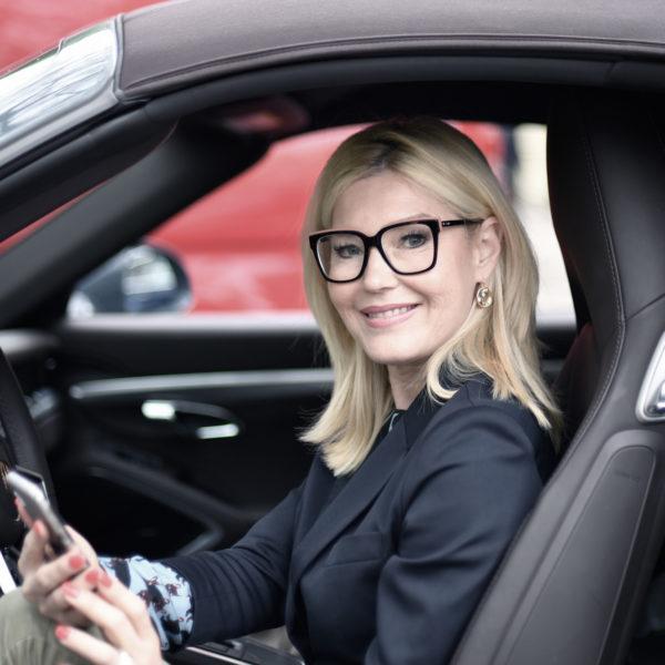 Digitalisierung - Mit der Plus Advise App auch unterwegs die Zahlen im Blick: Plus Advise Mandantin Petra Dieners, Modebloggerin aus Düsseldorf